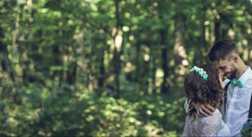 Braut und Bräutigam frei im Wald